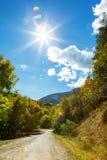 Tsaghkunyats góra w Aghveran, Armenia Piękny droga krajobraz z zielonymi górami i wspaniałym chmurnym niebem Fotografia Royalty Free