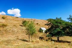 Tsaghkunyats góra w Aghveran, Armenia Piękny krajobraz z zielonymi górami i wspaniałym chmurnym niebem Fotografia Royalty Free