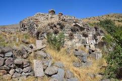 Tsahats-kar,亚美尼亚, 2014年9月, 09日 大厦和khachkars废墟5-7个世纪在t的一个古老修道院Tsahats-kar里 免版税库存照片