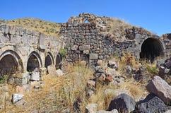 Tsahats-kar, Armenia, Wrzesień, 09, 2014 Ruiny budynki i khachkars 5-7 wieków w antycznym monasterze Tsahats-kar w t Zdjęcia Stock