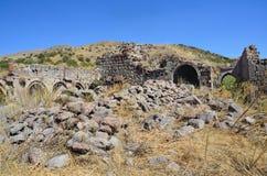 Tsahats-kar Armenien, September, 09, 2014 Fördärvar av byggnader och khachkars 5-7 århundraden i en forntida kloster Tsahats-kar  Arkivbild