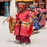 西藏喇嘛在跳舞Tsam在佛教节日的面具穿戴了奥秘舞蹈在Hemis Gompa 拉达克,北部印度 图库摄影