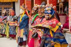 西藏喇嘛在跳舞Tsam在佛教节日的面具穿戴了奥秘舞蹈在Hemis Gompa 拉达克,北部印度 免版税库存照片