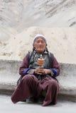 在跳舞Tsam奥秘的神秘的面具期间的西藏老妇人跳舞在Yuru Kabgyat佛教节日的时候在Lamayuru Gompa,小伙子 库存照片