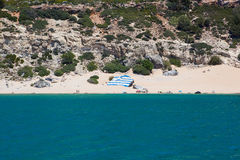 Tsambika-Strand mit Griechenland-Flagge, Rhodos Lizenzfreie Stockfotos