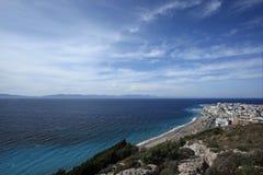 Tsambou海滩看法与天蓝色的海水海岛希腊的 库存照片