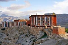 Tsarang Gompa är en kloster av den Sakya sekten som byggs i 1395 arkivfoton