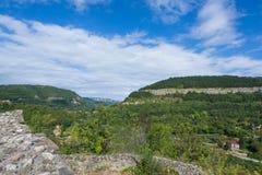 Tsarevets forteczny kompleks - widok góry otacza je obraz stock