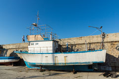TSAREVO, BULGARIEN - 3. JULI 2013: Altes Boot am Hafen der Stadt von Tsarevo, Bulgarien Stockbild