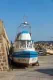 TSAREVO, BULGARIEN - 3. JULI 2013: Altes Boot am Hafen der Stadt von Tsarevo, Bulgarien Lizenzfreie Stockbilder