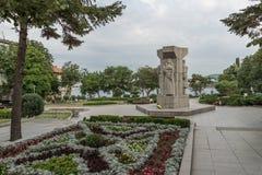TSAREVO, BULGARIEN - 28. JUNI 2013: Parken Sie mit Blumen in der Stadt von Tsarevo, Bulgarien Lizenzfreie Stockfotografie