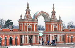 Tsaritsyno公园在莫斯科 在门下的人步行 免版税库存照片