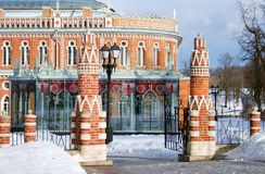 Tsaritsyno公园看法在莫斯科在冬天 入口塔 免版税库存图片
