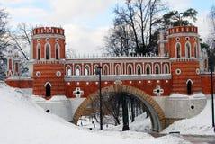 Tsaritsyno公园看法在莫斯科在冬天 老桥梁 免版税库存照片