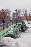 Tsaritsyno公园看法在莫斯科 在桥梁的人步行 库存图片