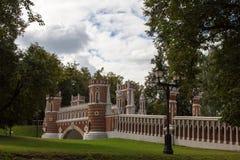 老桥梁看法在Tsaritsyno公园 秋天 莫斯科 俄国 免版税库存照片
