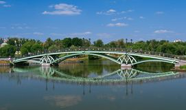 Tsaritsynopark, brug over de midden tsaritsinsky vijver Stock Fotografie