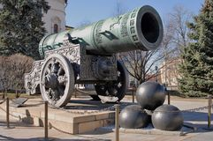 Tsarkanon (konungen Cannon) i MoskvaKreml i sommar Royaltyfria Bilder