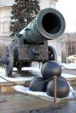 Tsarkanon (konungen Cannon) i MoskvaKreml i vinter Arkivbilder