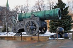 Tsarkanon (konungen Cannon) i MoskvaKreml i vinter Royaltyfri Foto