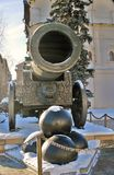 Tsarkanonkonung Cannon i MoskvaKreml i vinter Arkivfoton