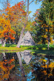 Tsarskoe Selo Pushkin, Russland Pavillon der Pyramide in Catherine-` s Park im Herbst Lizenzfreies Stockbild