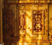 Tsarskoye Selo普希金宫殿的琥珀色的室 库存图片