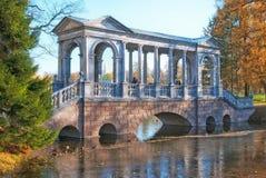 Tsarskoye Selo普希金 圣彼德堡 俄国 大理石桥梁 免版税库存图片