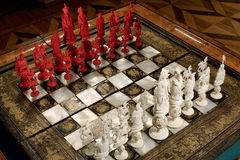 Tsarskoye Selo,俄罗斯- 2015年3月05日:在实验装置的象牙棋板材 库存照片