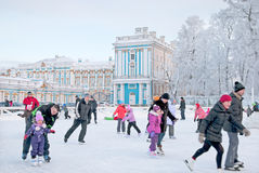 Tsarskoye Selo La Russia Pattino della gente sulla pista di pattinaggio Fotografie Stock