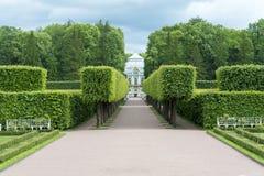 Tsarskoye Selo Pushkin, St Petersburg, allée en parc, arbres et arbustes, chemins de marche Images libres de droits