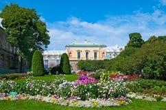 Tsarskoye Selo (Pushkin), St Petersburg, Rússia As empregadas domésticas do jardim da honra Foto de Stock Royalty Free
