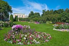 Tsarskoye Selo (Pushkin), St Petersburg, Rússia As empregadas domésticas do jardim da honra Foto de Stock