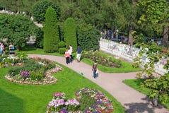 Tsarskoye Selo Pushkin St Petersburg Rússia Povos no jardim Imagens de Stock