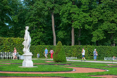 Tsarskoye Selo Pushkin St Petersburg Rússia Povos perto da alegoria da estátua da paz Imagem de Stock Royalty Free