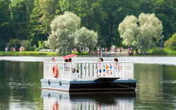 Tsarskoye Selo (Pushkin) St Petersburg Russie Les gens sur le ferry Photo libre de droits