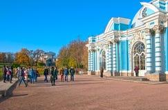 Tsarskoye Selo Pushkin St Petersburg Ryssland Folk nära grottapaviljongen Arkivbilder