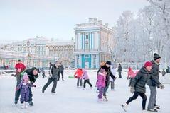 Tsarskoye Selo Ryssland Folkskridsko på isbanan Arkivfoton