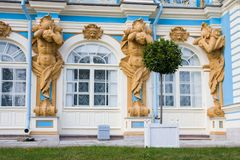 TSARSKOYE SELO, ST PETERSBURG, RÚSSIA - 25 de setembro de 2015: As figuras de Atlant na fachada de Catherine Palace no czar Fotografia de Stock