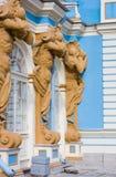 TSARSKOYE SELO, ST PETERSBURG, RUSIA - 25 de septiembre de 2015: Las figuras de Atlant en la fachada de Catherine Palace en zar Fotografía de archivo