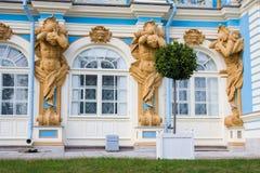 TSARSKOYE SELO, ST PETERSBURG, RUSSIA - 25 settembre 2015: Le figure di Atlant sulla facciata di Catherine Palace in zar Fotografia Stock