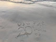 ` Tschüss ` schriftliche Wörter 2017 auf Sonnenuntergang setzen auf den Strand Stockbilder
