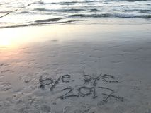 Tschüssjahr 2017 auf dem Strand Stockbild