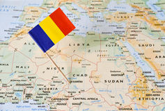 Tschad-Flaggenstift von der Karte stockfotografie