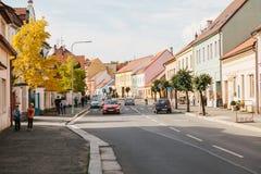 Tscheche, Blatna, am 27. September 2017: Ansicht einer schönen Stadtstraße mit Häusern und einer Straße, durch die Autos reisen Stockbilder