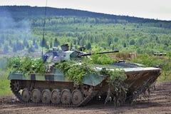 Tschechische Armee tarnte Militärbehälter - Armee und Wehrtechnikdemonstrationen Lizenzfreie Stockfotos