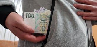 a6c0529f29bbba Tschechische coruna Rechnungen in einer Tasche des weißen Mannes grauen alten  Mantel tragend stockfotografie
