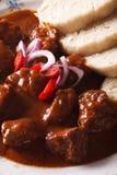 Tschechische Küche: Rindergulasch mit Knodel-Makro vertikal stockfoto