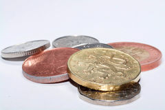 Tschechische Münzen von verschiedenen Bezeichnungen lokalisiert auf einem weißen Hintergrund Viele tschechische Münzen Makrofotos Lizenzfreie Stockbilder