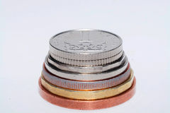 Tschechische Münzen von verschiedenen Bezeichnungen lokalisiert auf einem weißen Hintergrund Viele tschechische Münzen Makrofotos Stockfoto